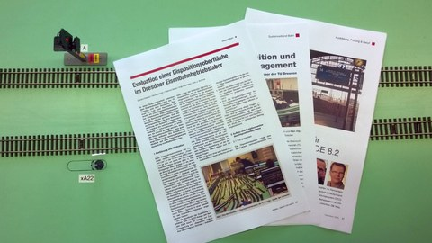 Drei Zeitschriftenartikel liegen auf der Laboranlage.