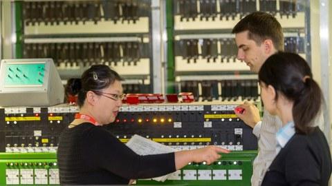 Betreuer erläutert das elektromechanische Stellwerk