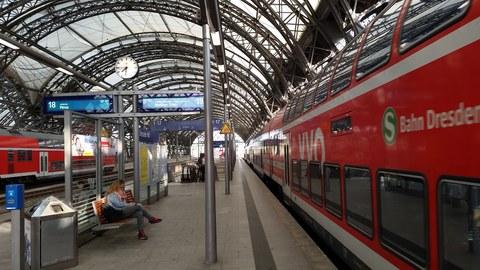 Foto der Gleise 18 und 19 in der Nordhalle des Hauptbahnhofs Dresden. Rechts, am Gleis 19 steht die S-Bahn, S 1, Richtung Meißen.