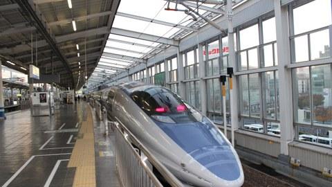 Shinkansen-Zug am Bahnsteig