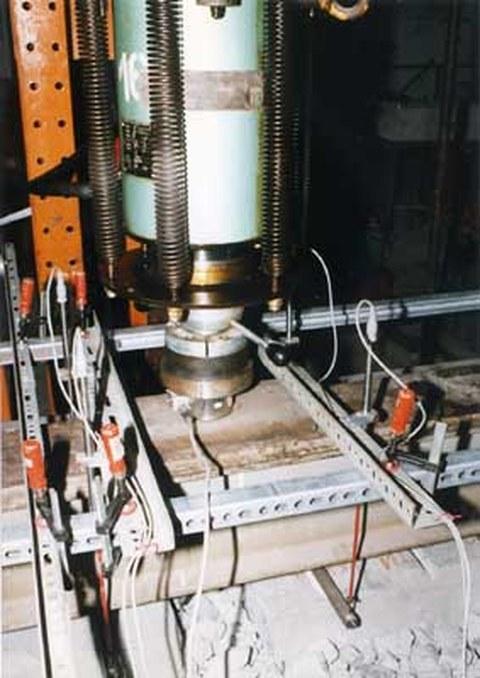 Vertikale Kraft- und Wegmessungen zur Ermittlung der Steifigkeiten