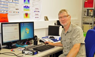 Stefan Dehne am Schreibtisch