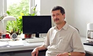 Ulf Gerber am Schreibtisch