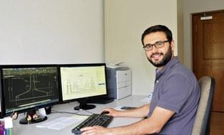 Sami Elmaci am Schreibtisch