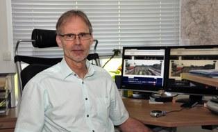 Professor Wolfgang Fengler am Arbeitsplatz