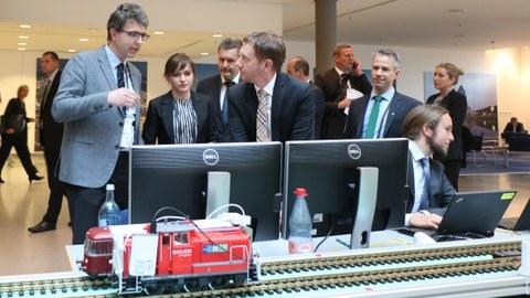 Ministerpräsident Michael Kretschmer lässt sich das NSB-System erklären