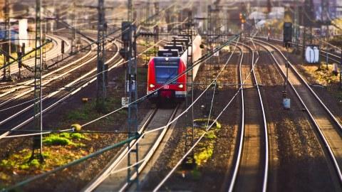 Bahnhofsvorfeld mit Zug