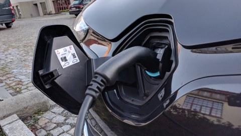 Zu sehen ist ein Elektroauto, welches gerade geladen wird.