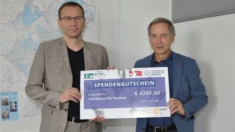 Das Projektteam (Prof. Schwedes) übergibt einen Spendengutschein über 4290 € an den Bezirk Berlin Pankow