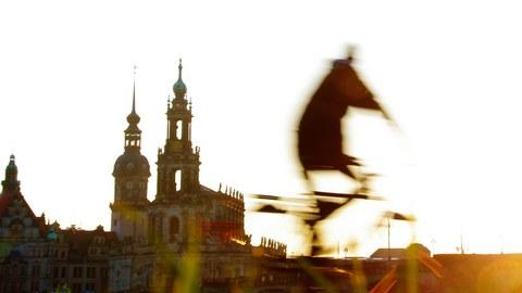 Radfahrer vor Hofkirche in Dresden