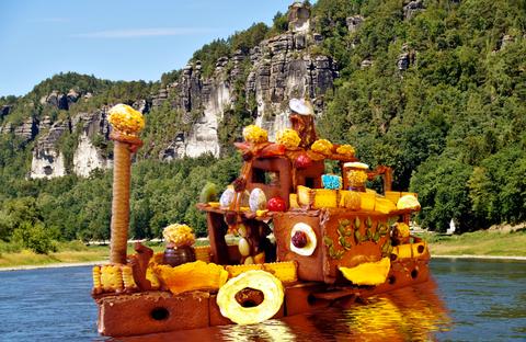 """Der Pfefferkuchenschaufelraddampfer """"Leupo"""" auf der Elbe"""