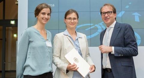 Susan Hübner, Julia Gerlach und Bundesminister Alexander Dobrindt bei der Übergabe des Förderbescheids