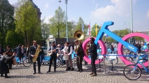 Band spielt vor großem Fahrrad