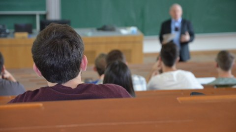 Professor Becker in der Vorlesung