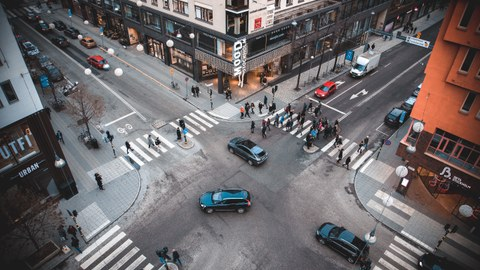 Fahrzeuge und Menschen auf der Straße