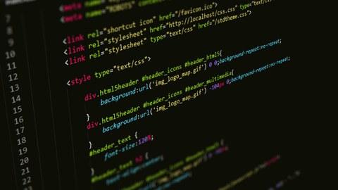 Das Foto zeigt die Nahaufnahme eines Quellcodes beim Programmieren.