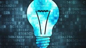 Illustration einer Glühbirne im Vordergrund und dahinter eine Vielzahl von Zahlencodes.