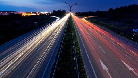 Zeitrafferaufnahme einer Autobahn in der Dämmerung