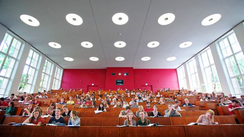 Studierende folgen einer Vorlesung im Hörsaal im Potthoff-Bau.