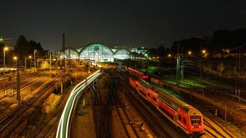 Zeitrafferaufnahme der Einfahrt eines Zuges in den Hauptbahnhof Dresden am Abend.