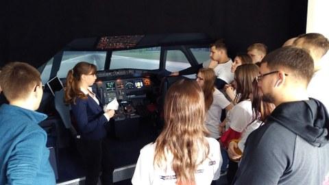 Studierende aus Omsk im Flugsimulator