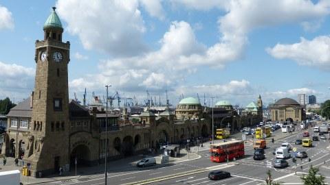 Hamburger Hafen. Im Vordergrund ist der Uhrturm. Im Hintergrund sind Verladungskräne.
