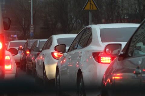 Autos stehen dicht an dicht im Stau. Die Rücklichter leuchten.