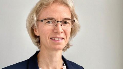 Porträt einer Frau mit halblangen blonden Haaren und Brille