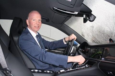 Prof. Bäker, professur für Fahrzuegmechatronik als Fahrer des porsche Panamera