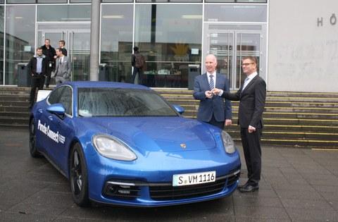 Schlüsselübergabe für den Porsche Panamera durch Uwe Michael, Porsche AG an Prof. Bäker TU Dresden