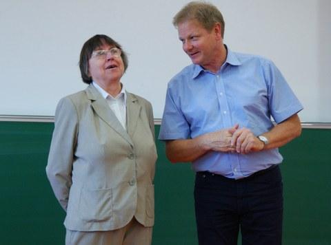 Prof. Stephan dankt Frau Dr. Hammer