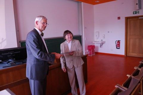 Prof. Trinckauf übergibt Frau Dr. Hammer das Zertifkat zur Anerkennung ihrer Lehrleistungen