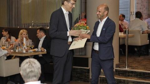 Prof. Ninnemann, Präsident der Deutschen Verkehrswissenschaftlichen gesellschaft, beglückwünscht den preisträger Richard Hurtienne
