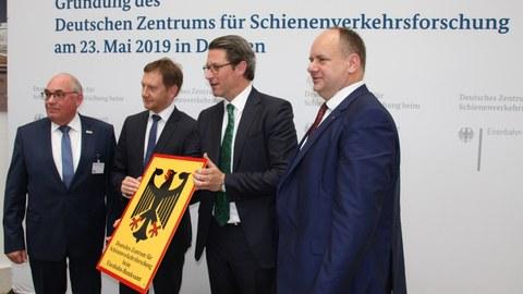 Präsident des Eisenbahn-Bundesamtes Gerald Hörster, Ministerpräsident des Freistaates Sachsen Michael Kretschmer (CDU), Bundesverkehrsminister Andreas Scheuer (CSU), Oberbürgermeister der Stadt Dresden Dirk Hilbert (FDP) (v.l.n.r.)
