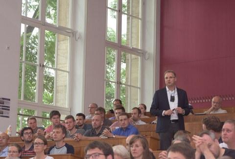 Dekan Prof. Prokop informiert über die grundlegenden Herausforderungen im Zusammenhang mit der strategischen Neuausrichtung
