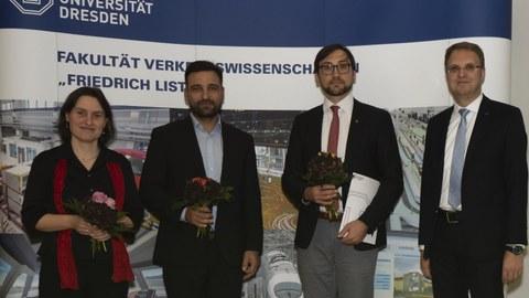 Prof. Prokop beglückwünscht Absolventen
