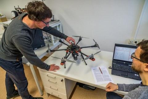 Drohne und Computersimulation