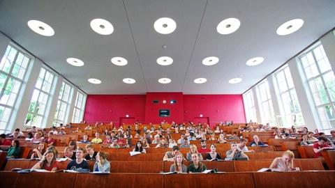 Blick in einen Hörsaal mit Studierenden