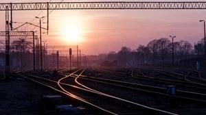 Bahngleise vor einer tiefstehenden Sonne