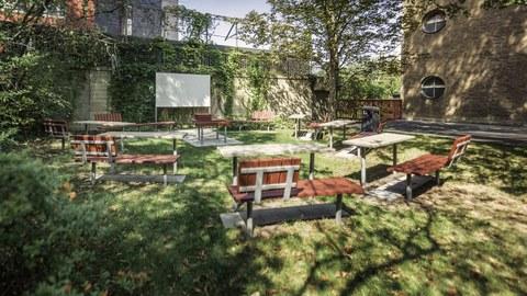 Seminar im grünen Außenbereich der TU Dresden
