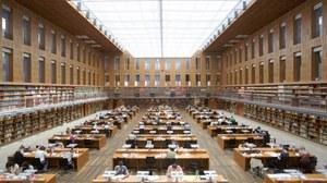 Studierende arbeiten im zentralen Lesesaal der SLUB