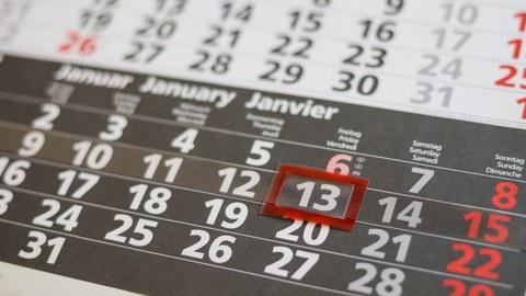 Makroaufnahme eines Wandkalenders mit vorgehobenem Datum