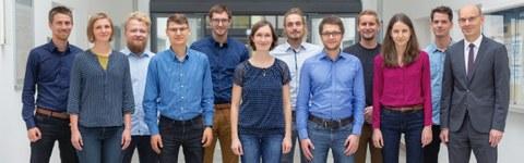 Lehrstuhlteam 2018 - 12 Personen stehend und lächelnd