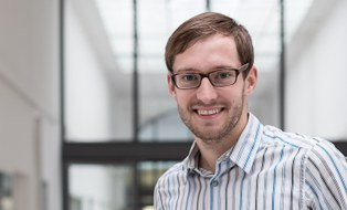 Hier ist ein Bild von Sven Schulz. Er trägt Brille und lächelt.