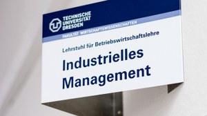 "Sign of the chair with the inscription ""Lehrstuhl für Betriebswirtschaftslehre, Industrielles Management"" in the Hülse Bau."