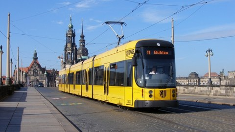 Picture of a yellow streetcar.