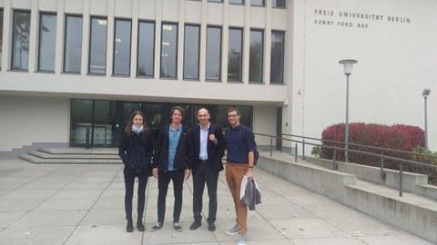 Vier Lehrstuhlmitarbeiter vor einem Gebäude der FU Berlin.