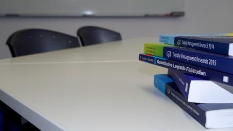 Bücher auf Schreibtisch