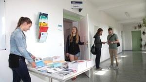 Studenten vor dem Sekretariat