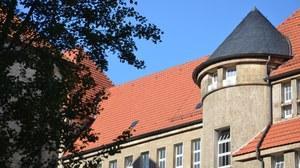 Zu sehen ist ein Foto, welches den Schumannbau von hinten zeigt.